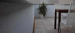 Balkon - Außenputz und Plattenbelag aus Travatin